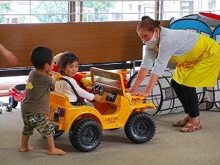 車のおもちゃで遊ぶ様子