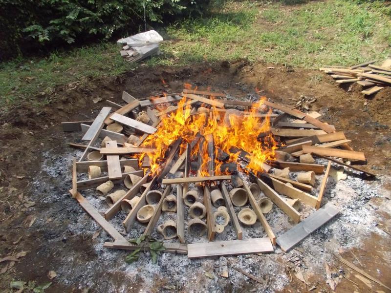 土器を焼いている様子