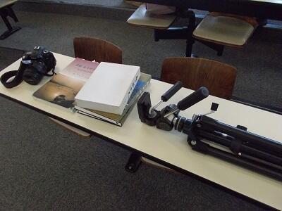 写真:参考資料や撮影機材