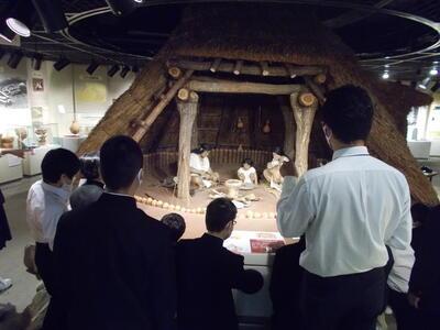 武里中学校竪穴式住居見学写真