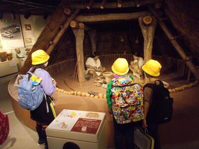 緑小学校竪穴式住居見学写真