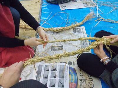 しめ縄編み込み作業風景