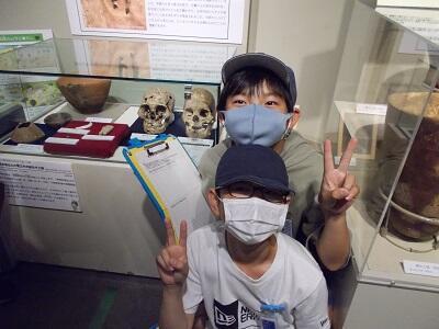 写真:人骨と小学生