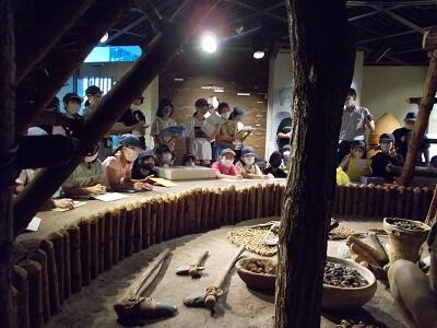 写真:竪穴式住居を見学する