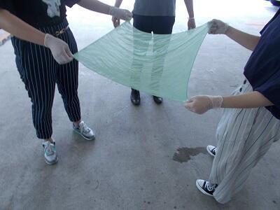写真:染めた布を空気になじませる