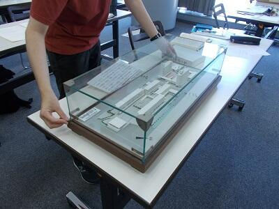 写真:武里団地模型の寸法を測定している様子