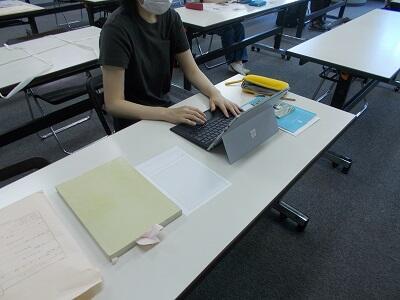 写真:調査した内容をパソコンにまとめている様子