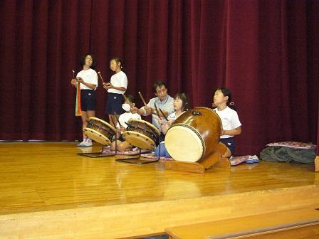 初めて太鼓を使う練習の様子
