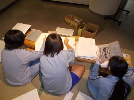 写真:資料整理をする中学生