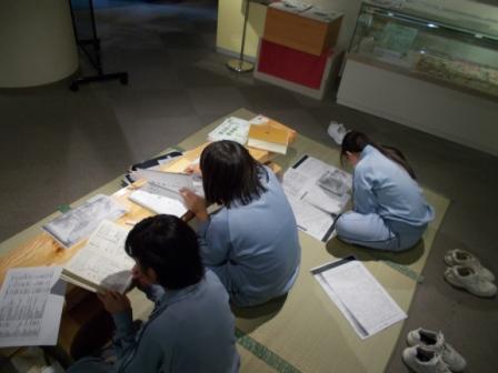写真:資料調査をする中学生