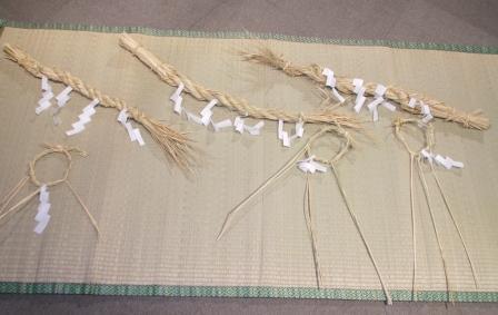 写真:中学生の作ったしめ縄と輪飾り