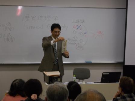 写真:お札を紹介する三木先生