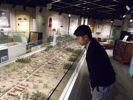 写真:模型をみる小堺翔太さん