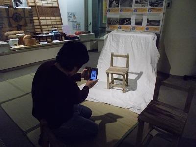 写真:資料を撮影する学生