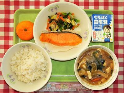 1889年、山形県鶴岡市の私立忠愛小学校で、貧しくてお弁当を持ってこられない子どもたちに昼食を出したのが、給食の始まりとされ、その時のメニューが「おにぎり、焼き魚、漬け物」であったといいます。