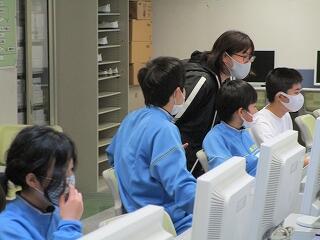 5、6組 コンピュータ室で何やら調べ学習