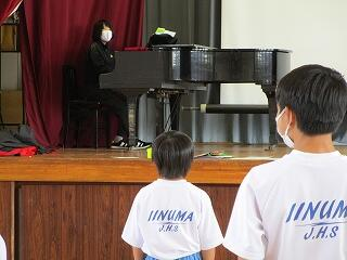 1年4組 音楽 体育館で校歌の練習