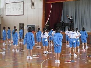 1年2組 体育ではありません、音楽です! 感染対策として体育館で授業を行います