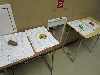 2年生の廊下には、中間テスト対策プリントが置かれています 生徒は自由に取っていきます