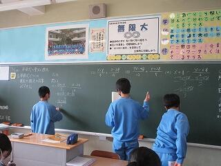 2年2組 数学 多項式の計算 生徒が解答を書いています