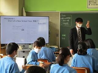 2年3組 英語 常にモニターを使った授業で分かりやすいです
