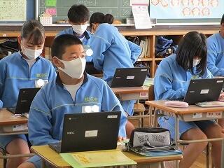 3年生の各教室では、使用にあたり初期設定を行っていました