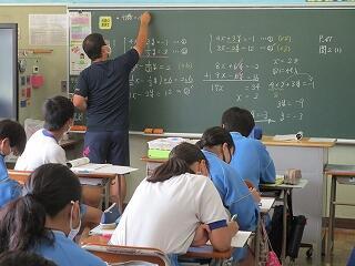 2年2組 数学 連立方程式の計算を工夫して解く