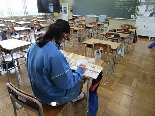 テスト直前 朝教室で勉強している1年生 偉いね、がんばれ!