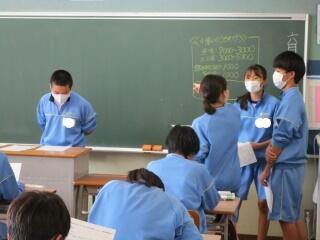 3年生は修学旅行にむけての学活を行いました