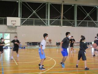 体育館ではバスケットボール部が練習をしていました