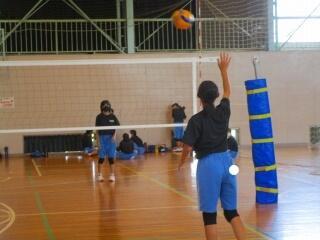 女子バレーボール部 サーブ練習の様子