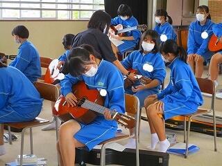 2年3組 音楽 ギター みんな一生懸命です