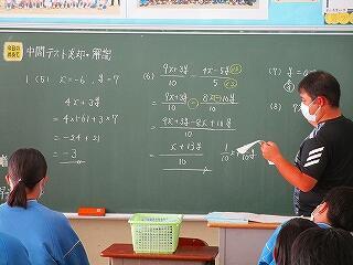 2年2組 数学 中間テストの返却 解説をよく聞き、必ずやり直しをしましょう