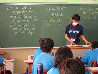 2年3組 英語 中間テストの返却 解説をよく聞き、必ずやり直しをしましょう