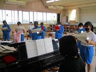 1年2組 音楽 合唱曲のパート練習 感染には十分気をつけて活動しています