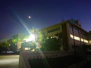 これは昨日正門から撮った校舎の写真です これからの季節活躍するのが、昨年度取り付けたライトです 月や星もきれいでした