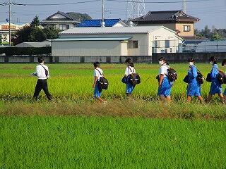 先生を先頭に班ごとに移動します これは中野小に向かう1班~3班