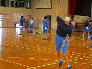 体育館では男女バドミントン部が練習に汗を流していました