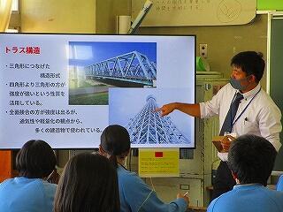 2年3組 技術家庭(技術) 春日部市教育委員会から先生をお招きして授業研究を行いました 強度と構造の関係の学習です
