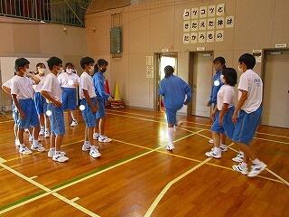 5校時 1年生は転入生歓迎の学年集会を行いました クラス対抗八の字跳び大会です!