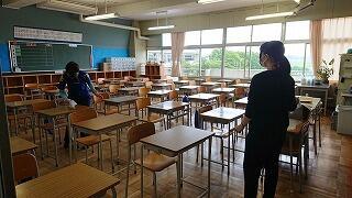養護の先生と机を始め、教室の消毒をしています