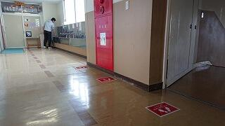 流しをきれいにし、床には整列の目印が貼られています