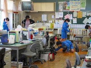 3年3組 職員室掃除 とてもよくやっています