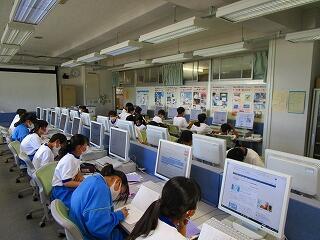 1年2組 国語 コンピューター室で文書作成