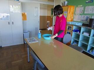 放課後は教職員が次亜塩素酸ナトリウムで消毒します