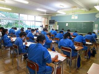 埼玉県学力学習状況調査に真剣に取り組む生徒達