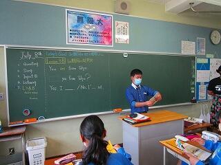 1年1組 英語 黒板を見ると、生徒は、「今日のめあて」と「授業の流れ」が一目でわかります!