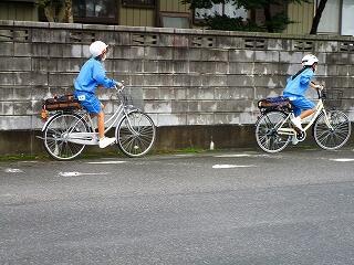 夏季限定の自転車通学 左側通行、横断歩道は押して歩くこと、保険には入っていますよね