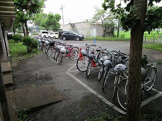夏季限定自転車通学者の自転車置き場、きちんと整頓されています