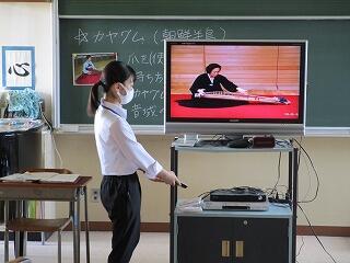 音楽の教育実習生の研究授業 映像を使います